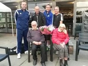 Heren 1 vrijdag ontvangen in Renswoude voor hun kampioenschap bloemen van Cor en Lia 't Gilde